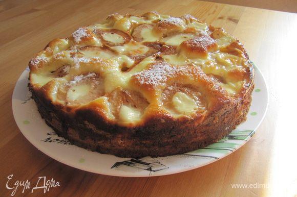 Готовому пирогу дать немного остыть прямо в форме. Затем извлечь его и при желании присыпать сахарной пудрой.