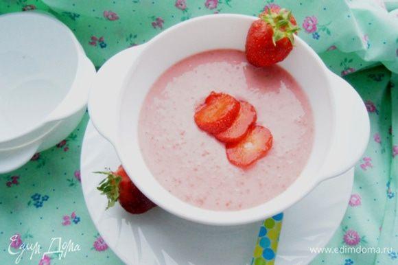 Подавать, украсив ягодками клубники. Приятного летнего завтрака!