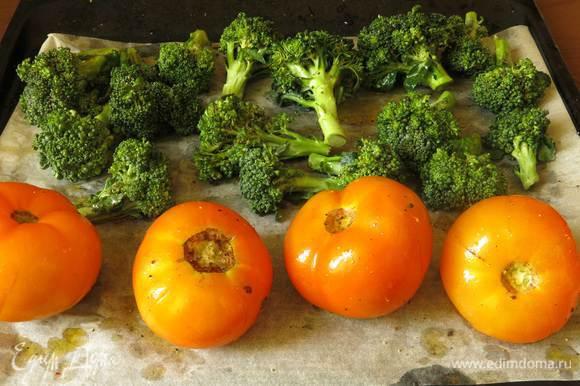 Моем овощи, надрезаем томаты, сбрызгиваем все маслом и перчим. Ставим на 250°C гриль на 6-7 минут, уменьшаем температуру до 200°C — пропекаем еще 12-13 минут. Время запекания капусты зависит от размера соцветий, небольшие будут готовы через 6-7 минут.