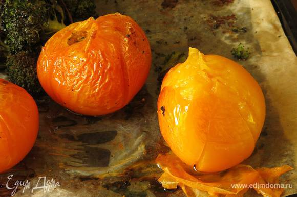 Снимаем с томатов шкурку. Ставим в выключенную духовку арахис, пока будем готовить овощи, он поджарится.