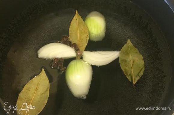 Вскипятить воду с лавровым листом, душистым перцем, луком и солью. Дать покипеть 3-4 минуты.