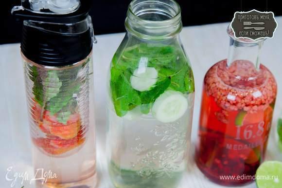 Для клубничной версии. Нарезать клубнику. Немного помять в руках листья базилика, чтобы вкус был ярче. Залить водой и убрать в холодильник на 3-4 часа.
