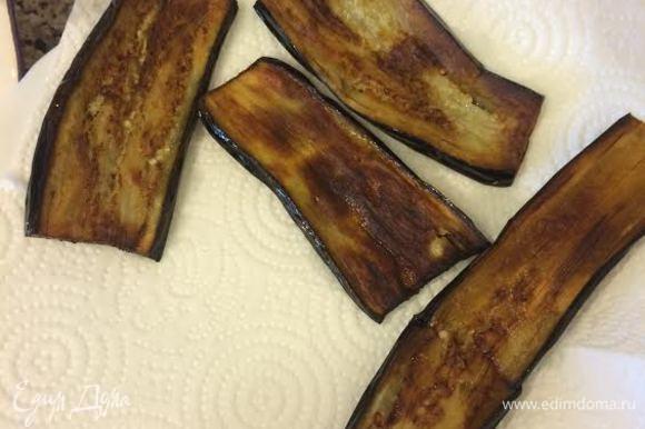 Баклажаны отжать и обжарить на растительном масле. Сложить на бумажное полотенце, чтобы убрать лишний жир.