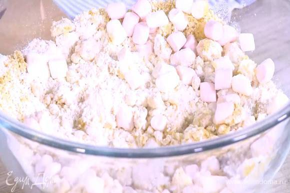 К муке с маршмеллоу добавить измельченный фундук, влить растопленное масло и все перемешать.