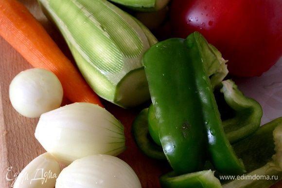 Овощи вымыть. Затем нарезать кусочками, сложить в рукав для запекания. *луковицы средние; *морковь крупная; *кабачки крупные; *перец крупный; *помидоры чуть больше среднего.