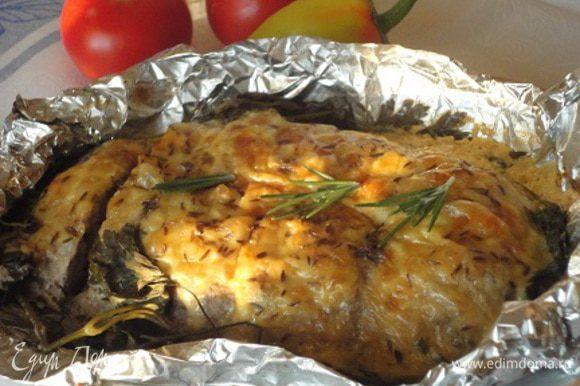 Запекать 50 минут в духовке при температуре 200°C. Затем развернуть фольгу и продолжить запекание еще 10 минут, до румяной сырной корочки.