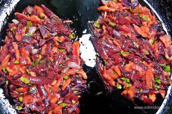На разогретую с маслом сковороду положить слой овощей и сформировать порционно ровным слоем.