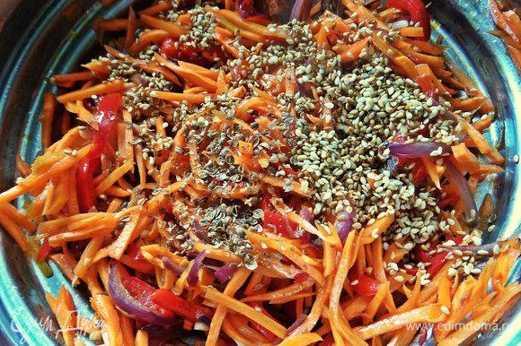 Толчем кориандр, кунжут обжариваем и высыпаем в салат.