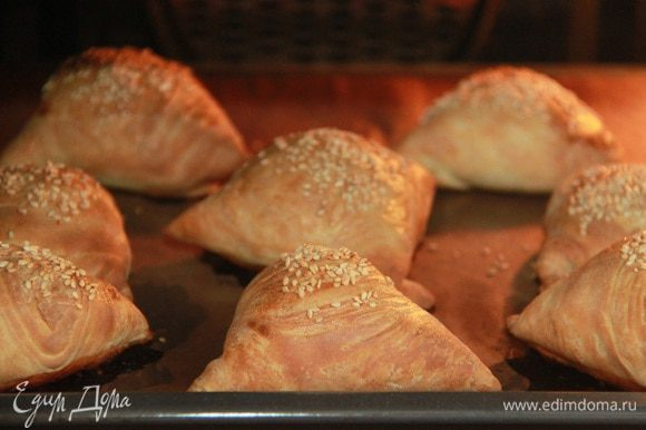 Очень рекомендую самсу от Марианы — очень удачный рецепт! http://www.edimdoma.ru/retsepty/46240-samsa-sloenaya-mk-po-prigotovleniyu