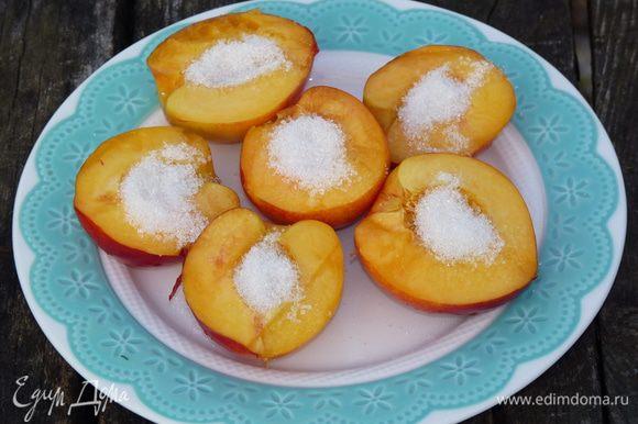 """Персики (или нектарины) разделить на две половинки, удалить косточку. В каждую выемку от косточки капаем немножко меда и высыпаем 1/2 ч л сахара. Положить на фольгу, сложенную вдвое, и отправить на решетку мангала, пока не пустят сок и сахар будет """"плавать""""."""