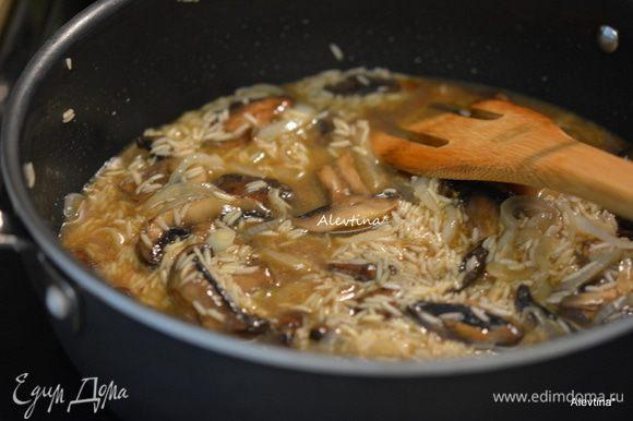Добавим рис, готовим, помешивая 2 мин. Влить вино, перемешать. Затем разогретый бульон по 1/2 стакана через небольшие промежутки. Помешиваем каждый раз. Когда рис слегка смягчится, готовим блюдо 20-25 мин.
