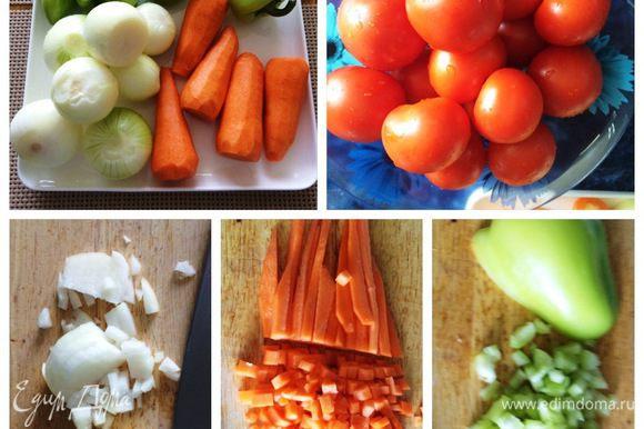 Пока выпекаются перцы, подготовим овощи для подливы. Моем и чистим лук, морковь, томаты и оставшиеся 4 болгарских перца, которые я также добавляю в подливу. Нарезаем кубиками лук, морковь и перец.