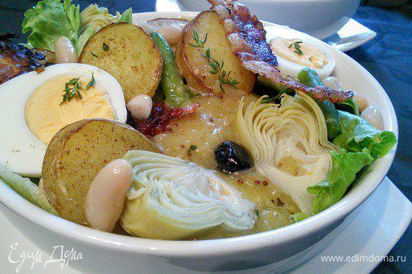 Выложить остальные ингредиенты салата. У меня на фото еще обжаренные кружочки картофеля, но это «отсебятина». Выложить полоски бекона, полить заправкой и посыпать листиками тимьяна.