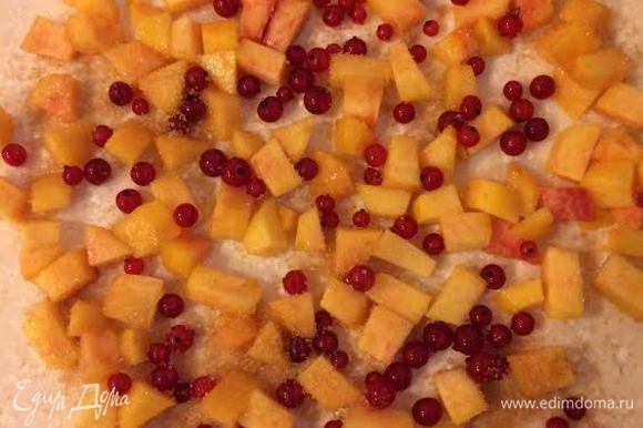 Персики очистить и мелко нарезать. Тесто раскатать в прямоугольник, выложить начинку и присыпать сахаром.