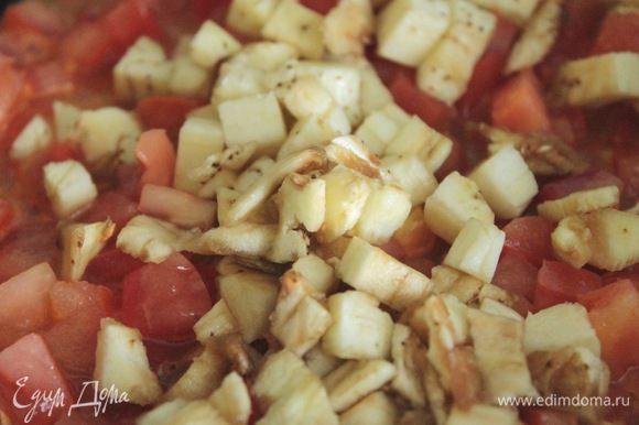 Помидор и мякоть баклажана обжарить на сковородке, посолить, поперчить, приправить орегано.