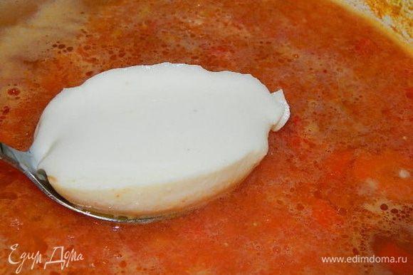 Помидоры обдать кипятком, снять кожу и измельчить в блендере. Лук из бульона удалить. Добавить измельченные томаты, сыр. Перемешать и поварить 5 — 7 минут.