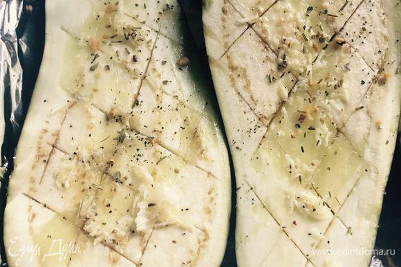 Затем сбрызгиваем овощи оливковым маслом или любым другим, по вашему усмотрению; тертым чесноком, перцем и поливаем лимонным соком. В оригинале использовался печеный чеснок, но я решила использовать свежий, он потом поменял цвет при запекании на зеленоватый, но на вкус это никак не повлияло. В дополнение посыпаем травами. Относительно соли: я не солила, как и автор, но можно и посолить.