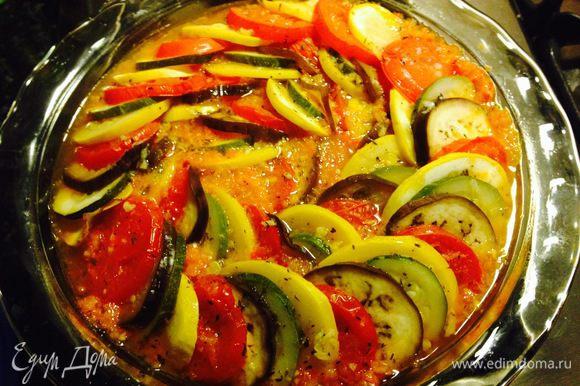 Теперь режем мелко чеснок, листья тимьяна, добавляем оливковое масло, соль и перец и немного взбиваем вилкой. Этим соусом сбрызгиваем наш рататуй, закрываем фольгой или крышкой и отправляем в духовку на полтора часа. Затем снять крышку и запекать блюдо еще минут 20 до золотистой корочки или поставить под гриль на 5 минут в конце.