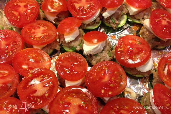 Кружочки помидор и поставить в духовку минут на 35.