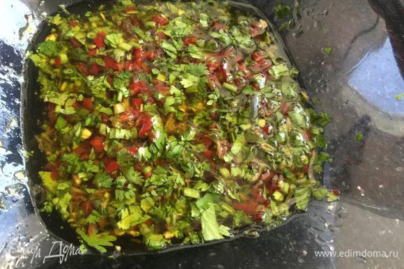 Кинзу, перец и оливковое масло добавьте в миску, перемешайте и оставьте настояться.