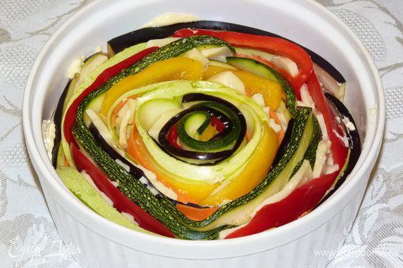 Полоски овощей положить внахлест и плотно свернуть рулетиком, вставить в пустоту в центре. Места, где образовались пустоты, заполняем сыром.
