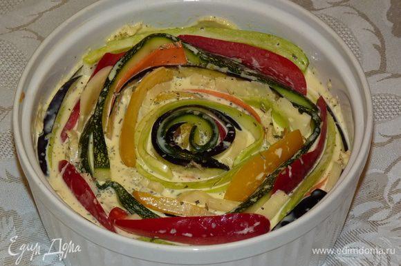 Взбить сливки, яйца, немного соли, перца и орегано. Вылить равномерно на овощи. Посыпать тимьяном. Поставить в заранее разогретую духовку.