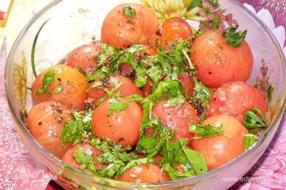 Залить помидоры, накрыть пищевой пленкой и поставить в холодильник минимум на 3 часа (у меня получилось на ночь). Чем дольше маринуются, тем насыщеннее вкус.