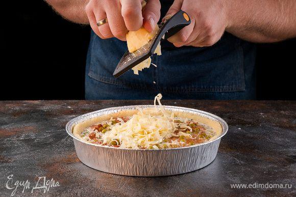 Выкладываем горошек. Сверху присыпаем сыром. Отправляем запекаться киш на 40 минут при 180°С.