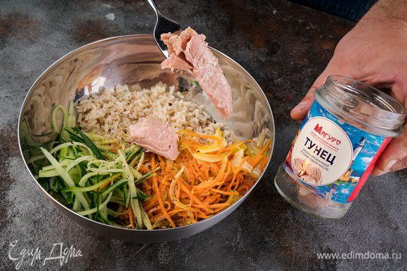 С тунца сливаем лишнюю жидкость, добавляем к остывшему рису. Все перемешать, посыпать свежемолотым черным перцем.