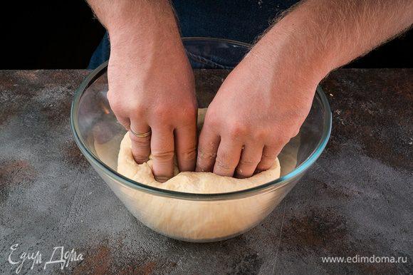 Тесто накрываем и оставляем на 1 час. После этого еще раз обмять тесто.