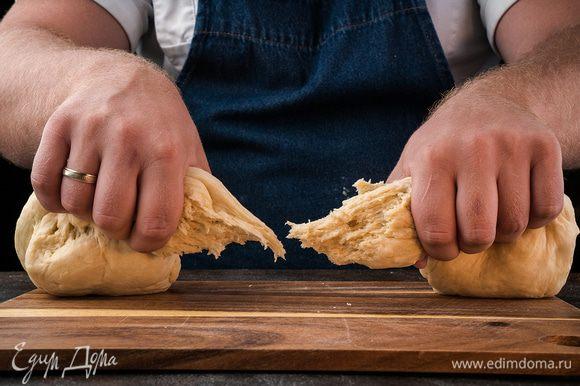 Готовое тесто делим тесто на 2 части, одна из которых больше другой.