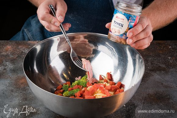 Тем временем готовим начинку. В оставшуюся молочно-яичную смесь добавляем мелко нарезанные: брокколи, семгу, вяленые помидоры, размятый вилочкой тунец и порезанный мелким кубиком сыр. Хорошенько перемешиваем.