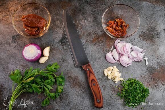 Лук нарезать на четверть кольца, томаты — соломкой, чеснок мелко нарубить. С тунца слить жидкость и размять вилкой.