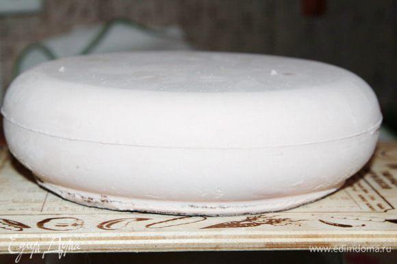 Переворачиваем торт на бисквит и рукой, слегка, проводим по всей поверхности. Это нужно для того, чтобы убрать с поверхности иней.