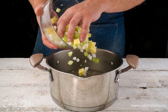 Картофель, лук и сельдерей нарезаем кубиками и кладем в разогретый бульон. Туда же сыпем майоран и кладем раздавленные томаты вместе с соком. Доводим до кипения и варим на среднем огне под крышкой 20 минут.