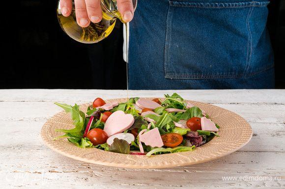 Колбасу нарезать ленточками. Салат заправить маслом. Добавить смесь перцев. Соль по желанию.