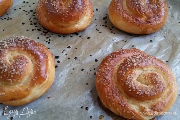 Выложить булочки на противень, застеленный бумагой для выпечки, смазать слегка взбитым яйцом и посыпать спирали и узелки тростниковым сахаром.Выпекать в предварительно нагретой духовке при температуре 190°C 15- 20 минут. Приятного аппетита!