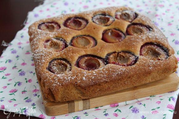 Выпекать в разогретой духовке при 180°С 40 — 45 минут. Дайте пирогу слегка остыть, затем выньте его из формы.
