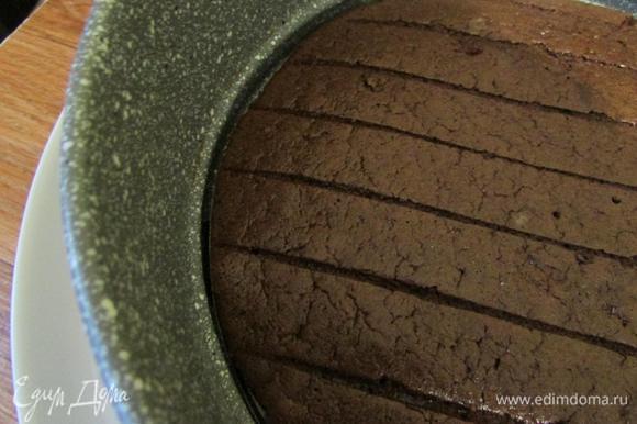 Круг от формы поместить на блюдо, на котором будете собирать торт. Остывший бисквит вернуть в форму.
