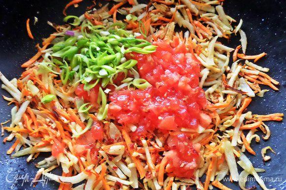 Еще через минуту добавить помидор без кожицы и половину порея с чили.