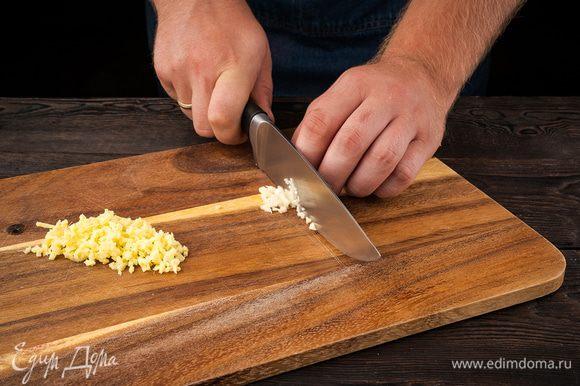 Креветки предварительно разморозить. Кунжут подсушить на разогретой сковороде. Имбирь очистить и измельчить. Чеснок почистить, раздавить плоской стороной ножа и мелко порубить. Из половинки лайма выжать 1 ст. ложку сока.