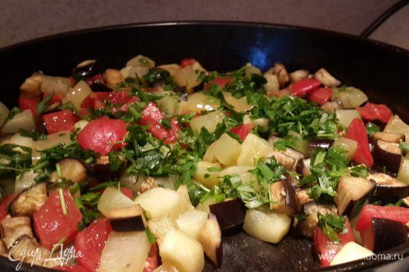 Пока тесто отдыхает займемся начинкой. Овощи нарезаем кубиками (все кроме помидора и чеснока). Баклажаны лучше предварительно посолить и оставить минут на 10, чтобы ушла горечь, затем промыть. Крупный помидор залить кипятком на несколько минут, потом снять кожицу, порезать кубиками. Чеснок мелко порубить и смешать с овощами. Добавить оливковое масло и отправить в разогретую духовку до 180°С овощную смесь на 15 — 20 минут. Достать и добавить нарезанный томат.