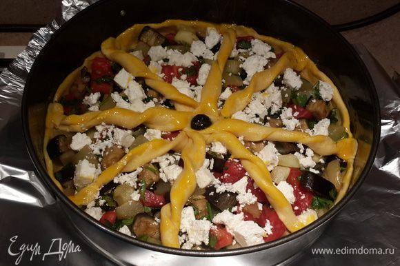 Вот что получается в итоге. В серединку можно положить маслину или оливку. Таким образом закрепить жгуты. Смазать тесто желтком.