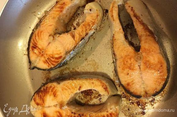 Обжарить рыбу с обеих сторон до золотистого цвета.