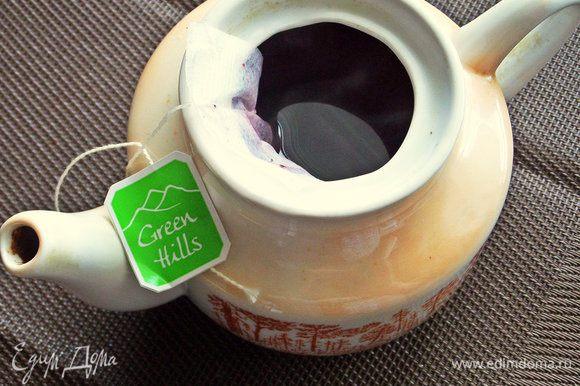 Заварить пакетик чая каркаде в небольшом чайнике. Дать настояться. Сахар добавляем по желанию.