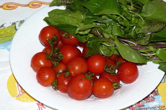 Помыть и немного просушить помидоры и базилик.