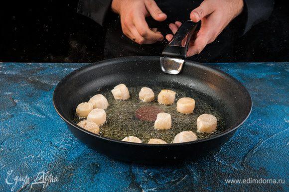 Гребешок промыть холодной водой, слегка отжать, добавить сахар, посолить, поперчить и обжарить на растительном масле.