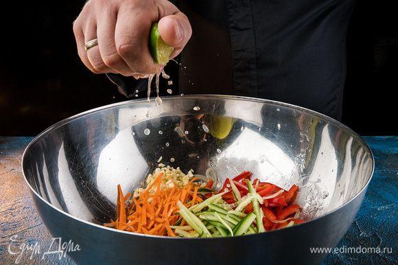 Все ингредиенты тщательно перемешать, попробовать, если не хватает кислинки, добавить лайм.