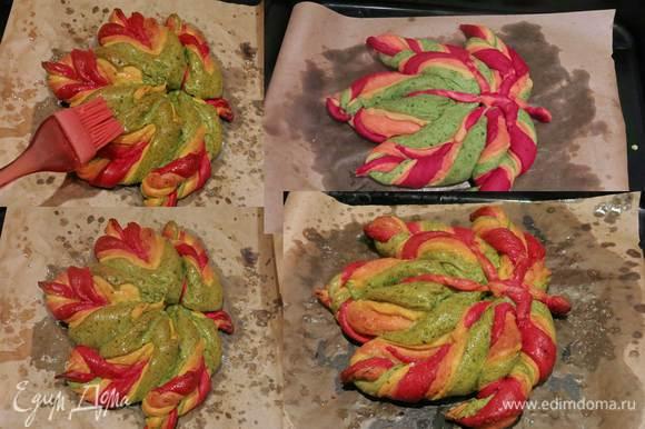 Повторяем действия с оставшимися секторами и тестом. Как вариант оформления из теста — делаем прожилки, соединяем с листом. Даем тесту подойти, выпекаем 10 минут при 230°С, 30 минут при 200°С. Смазываем хлеб растопленным маслом.