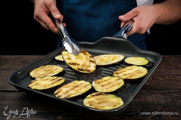 Баклажаны нарезать, посолить и слегка обжарить на растительном масле.